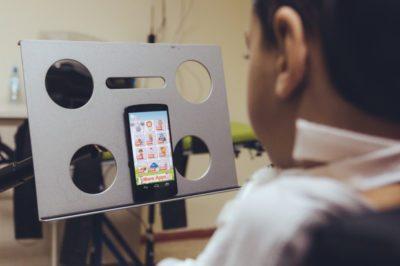 Смартфон, управляемый движениями головы и голосовыми командами, поможет людям с ограниченными возможностями