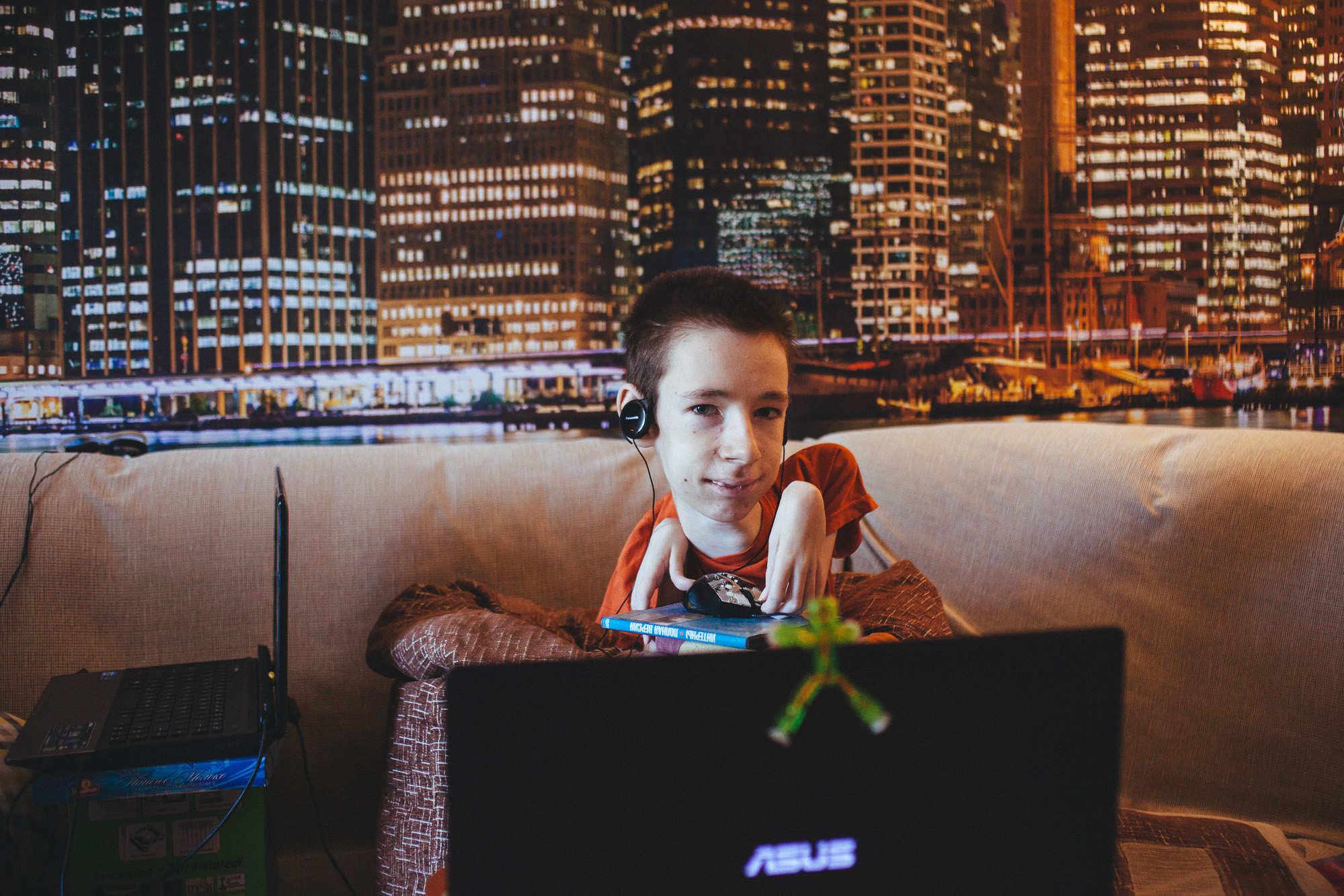 Сила взгляда. У Богдана двигаются только глаза, но он собирает автографы, занимается музыкой и помогает бабушке с компьютером
