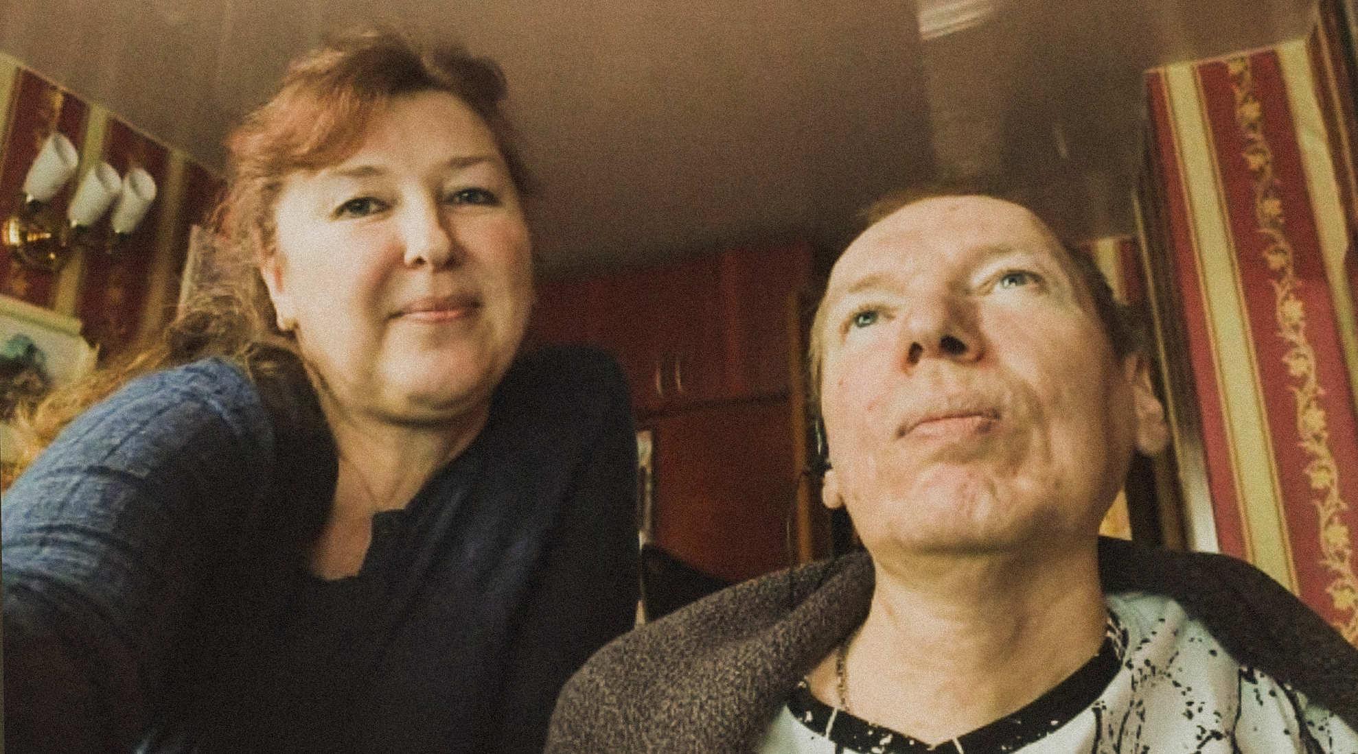 «Как, вы еще живы?» 45-летний Виктор и его старшая сестра со СМА стали первыми взрослыми белорусами, кто получил лечение новым лекарством